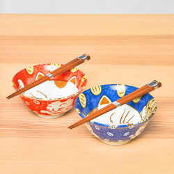 15660  yamata seiho ceramic his and her rice bowl set with chopsticks   cat pattern  blue   red   on table