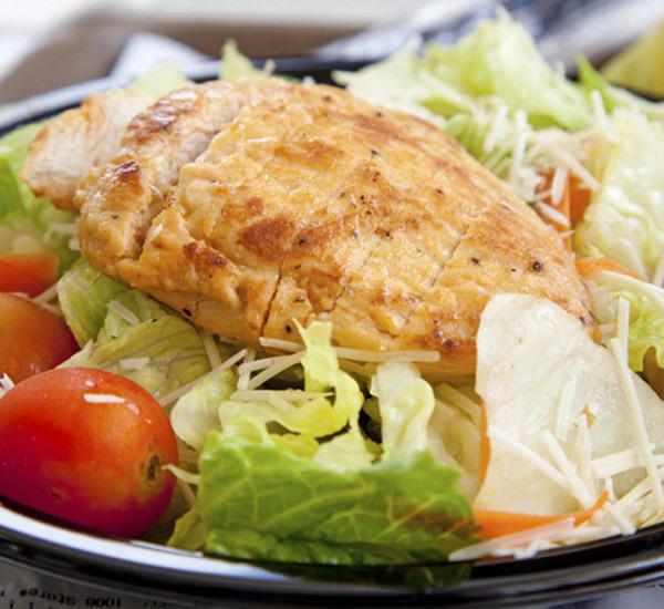 Stekt kycklingbröst med sallad med yuzu- och sojadressing