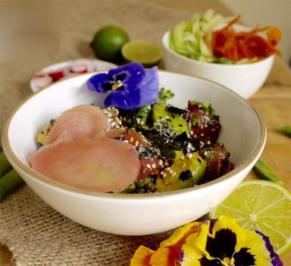 Bols de salade de thon poke et furikake aux algues