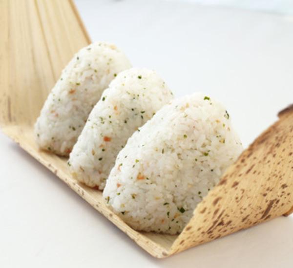Onigiri con riso aromatizzato (Omusubi)